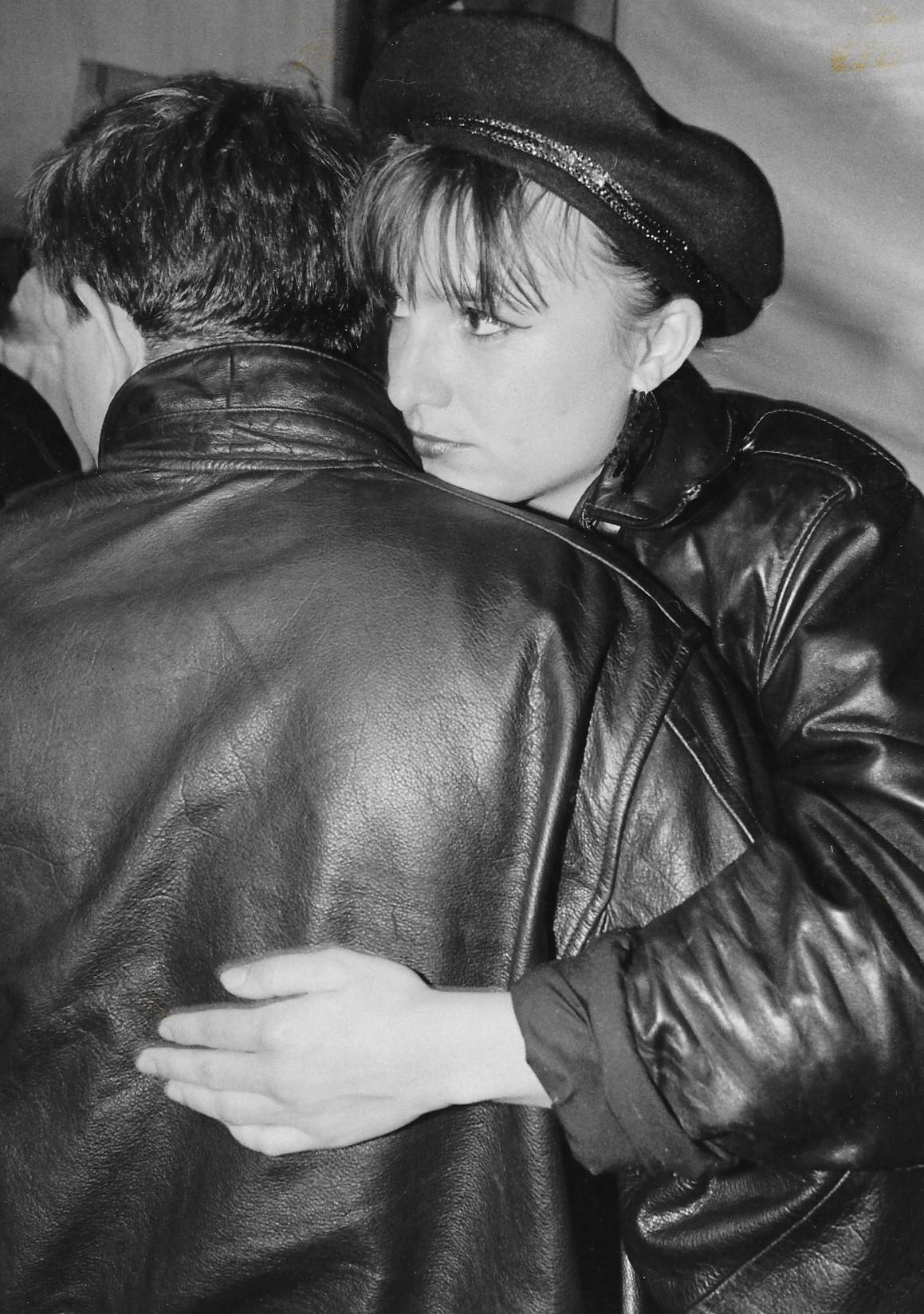 Photographie noir blanc dun couple enlacé