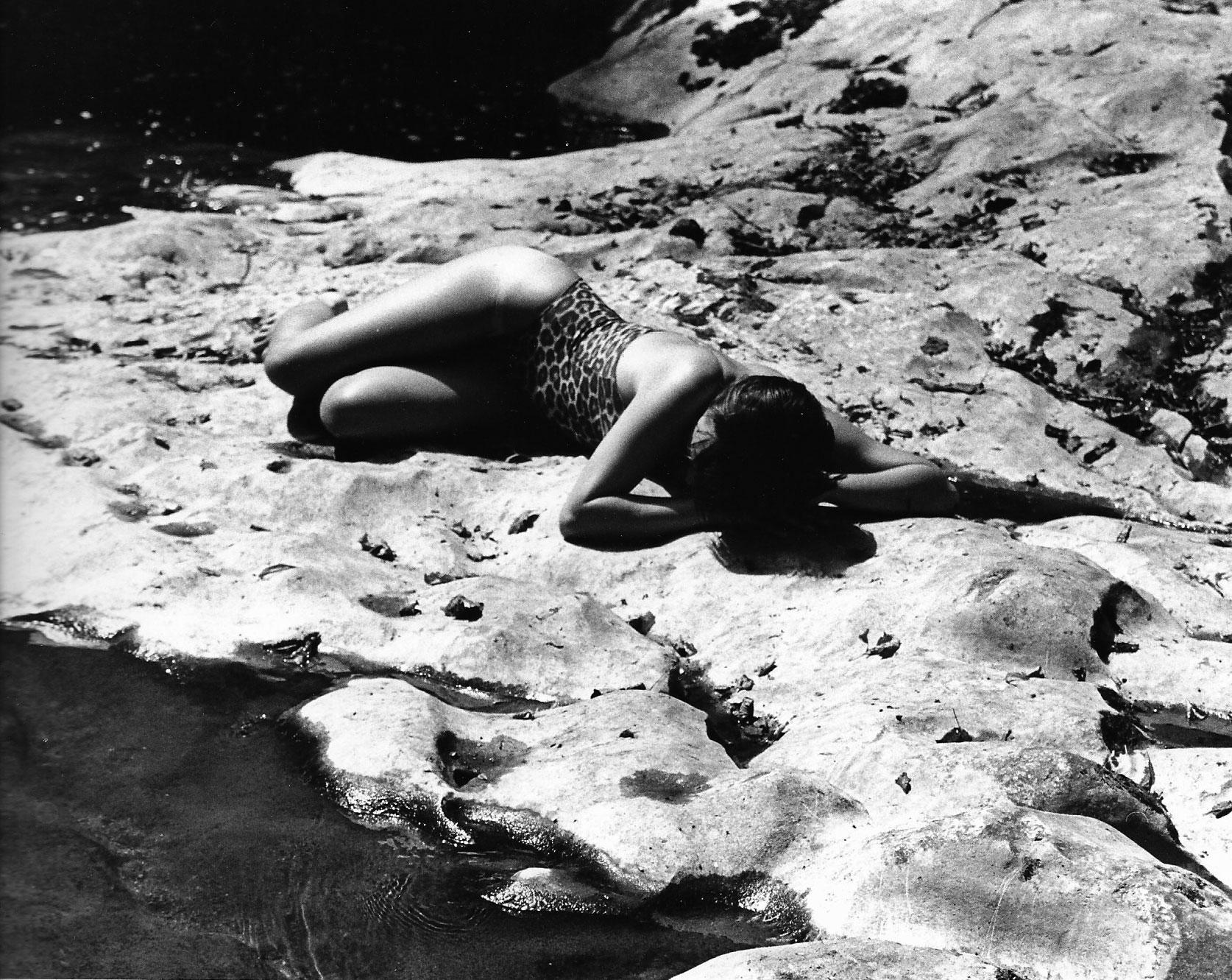 Photographie noir-blanc d'une femme en maillot de bain léopard