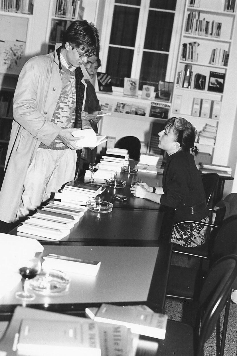 Photographie noir-blanc d'un homme et l'écrivaine à un vernissage