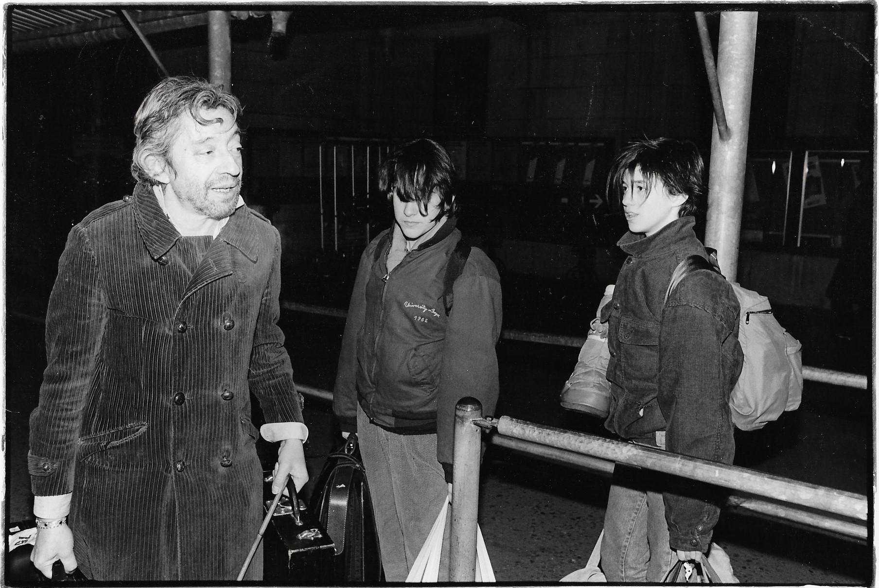 Serge Gainsbourg, Charlotte et une amie à la gare de Lausanne