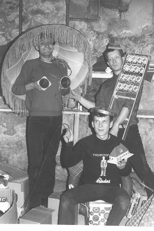 Photographie noir-blanc de trois jeunes